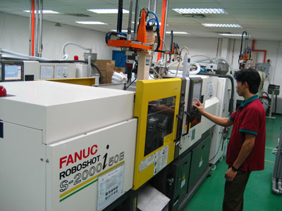 Plastic injection molding machine which makes plastic components